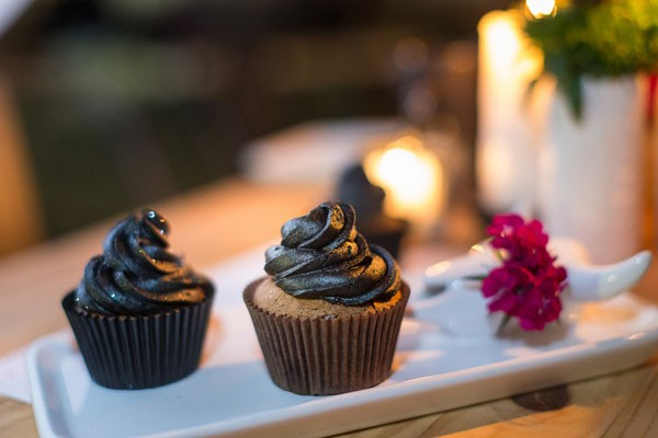 wedding cupcakes with black frosting and wrappers