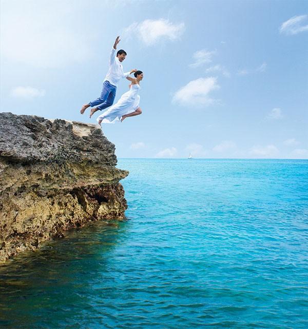 couple in Aruba jumps off rock into ocean below